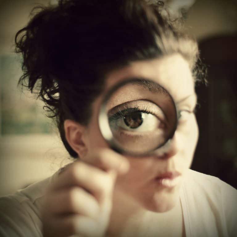 magnifying-glass-study-eye-close-768x768